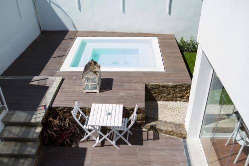Uma vista da piscina em Art 4 You Cascais Suites ou nos arredores