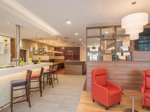 The lounge or bar area at Hampton By Hilton Hamburg City Centre