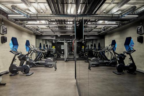 The fitness centre and/or fitness facilities at Sir Adam Hotel
