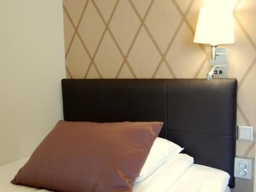 A bed or beds in a room at Skagen Hotel