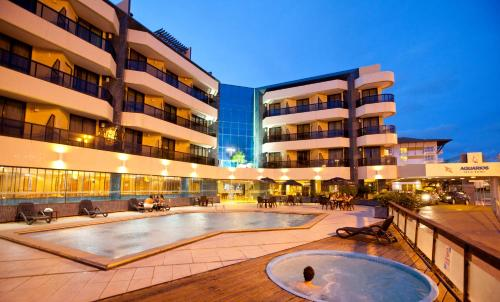 Бассейн в Aquarios Praia Hotel или поблизости