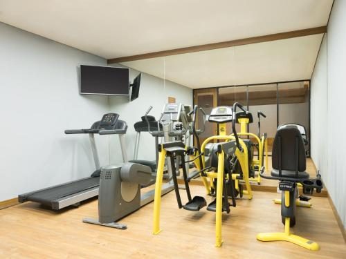 The fitness centre and/or fitness facilities at Four Points by Sheraton Jakarta Thamrin