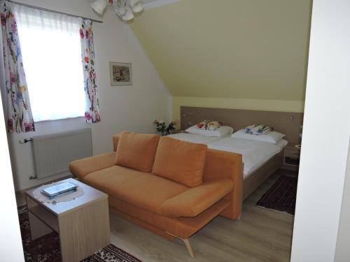 Ein Bett oder Betten in einem Zimmer der Unterkunft Gästehaus Haagen