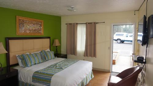 A bed or beds in a room at Eagle Crater Lake Inn