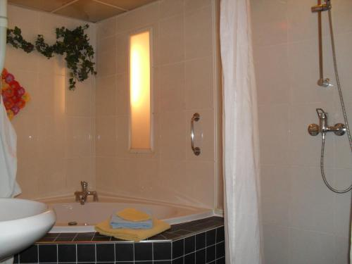 A bathroom at Hotel Hoogland Zandvoort aan Zee