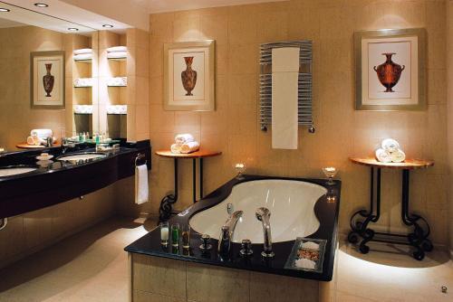 A bathroom at Hyatt Regency Thessaloniki