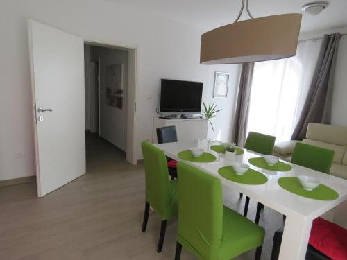 A television and/or entertainment centre at Apartments Villa Urbajs