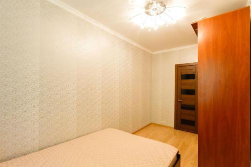 Кровать или кровати в номере Business Brusnika Comfort Class Apartment Nagornaya