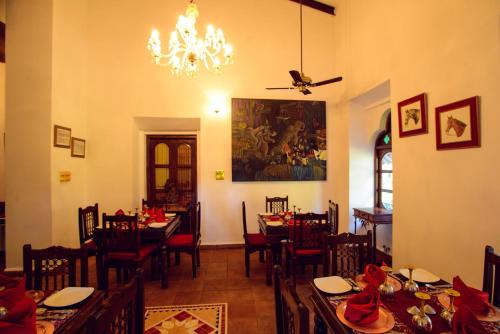 A restaurant or other place to eat at Shanti Morada