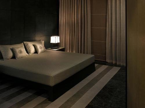 سرير أو أسرّة في غرفة في فندق ارماني دبي