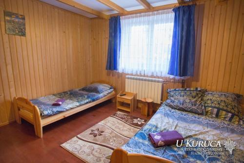 Łóżko lub łóżka w pokoju w obiekcie U Kuruca