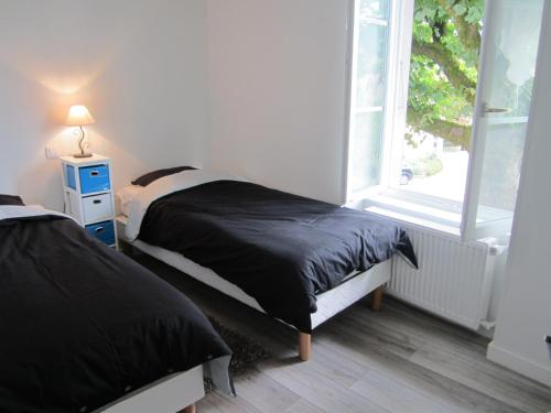 A bed or beds in a room at Côté Jardin