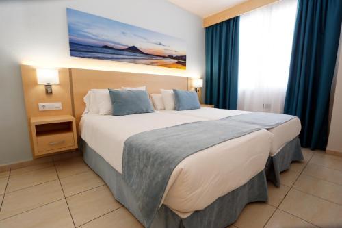A bed or beds in a room at Hotel-Apartamentos Andorra