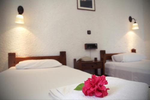 A bed or beds in a room at Hotel - Apartments Delfini