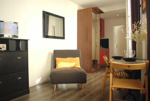 Een zitgedeelte bij Paris Apartment Concept