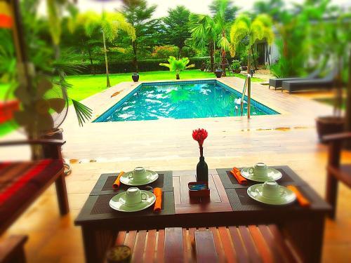 Het zwembad bij of vlak bij B&B Forest Hill Khao Yai