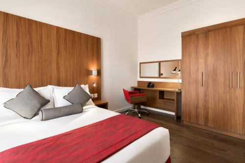 Cama ou camas em um quarto em Ramada Encore Al Khobar Olaya