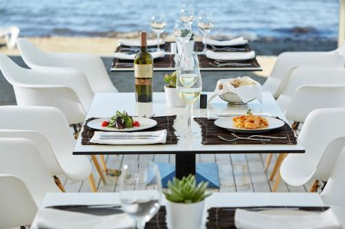 A restaurant or other place to eat at Mayor Capo Di Corfu