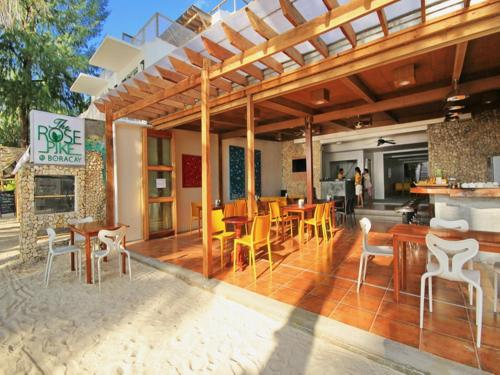A restaurant or other place to eat at The Rose Pike at Boracay