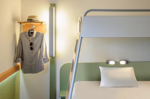 A bathroom at Felix Hotel Darmstadt
