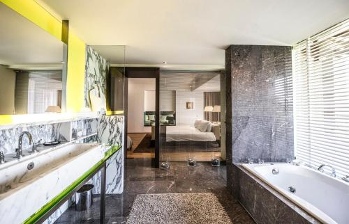 A bathroom at Hotel Nikopolis