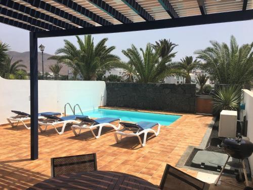 Het zwembad bij of vlak bij Villa Carioca
