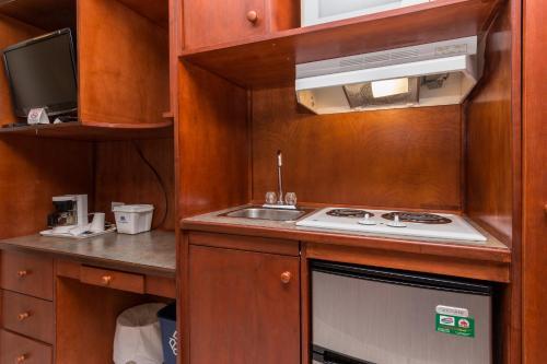 A kitchen or kitchenette at Canadas Best Value Inn Chinook Station