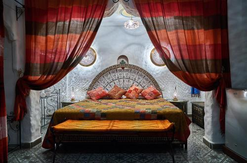 A bed or beds in a room at Dar Yakout