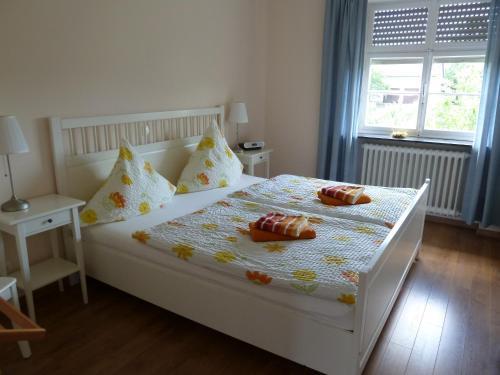 Een bed of bedden in een kamer bij Apartment Altes Pfarrhaus