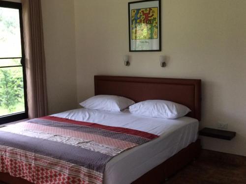 Een bed of bedden in een kamer bij B&B Forest Hill Khao Yai