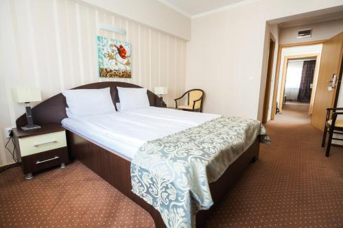 A bed or beds in a room at Hotel Domogled