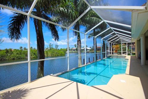 Der Swimmingpool an oder in der Nähe von Waterfront Villa SW Cape ID4012