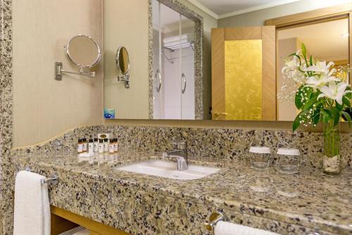 Een badkamer bij Royal Holiday Palace