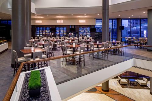 A restaurant or other place to eat at Hyatt Regency Columbus
