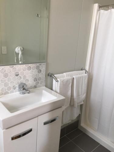 A bathroom at Crystal Creek Caravan Park