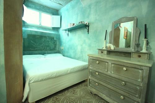 Cama o camas de una habitación en Hand decorated house with court