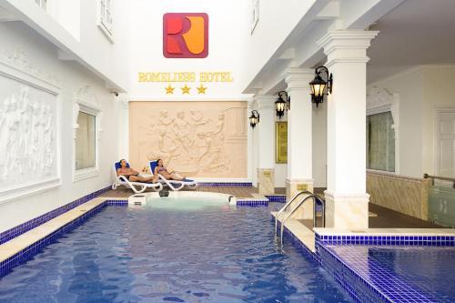 Бассейн в Romeliess Hotel или поблизости