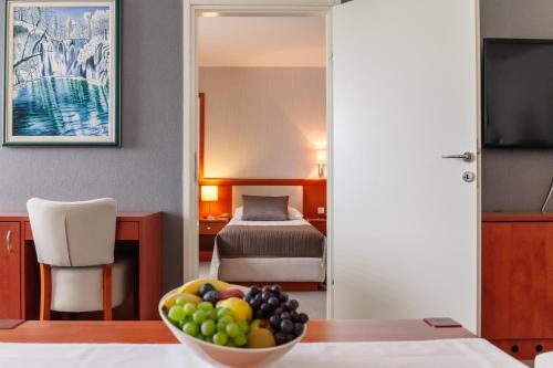 A bed or beds in a room at Hotel Jezero
