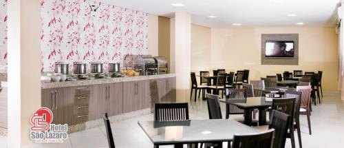 Um restaurante ou outro lugar para comer em Hotel São Lázaro