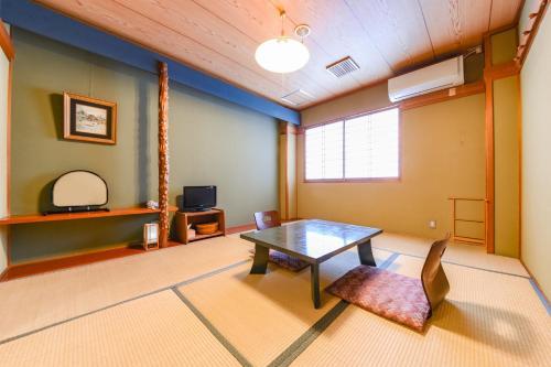 A seating area at Ryokan Marue Honkan