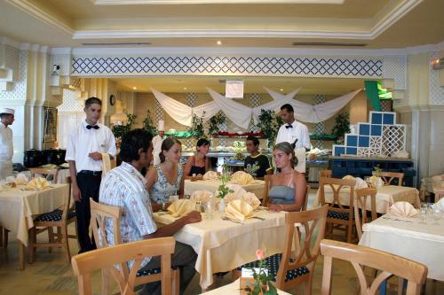 Een restaurant of ander eetgelegenheid bij El Mouradi Palace