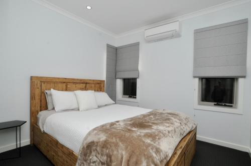 A bed or beds in a room at Doze On Green