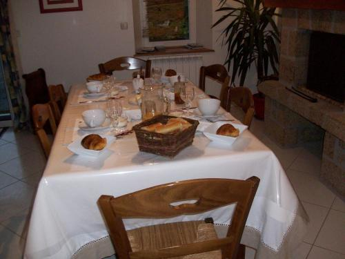 A restaurant or other place to eat at Chambres d'Hotes la Belle Taille
