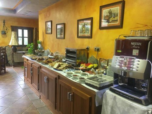 Un restaurante o sitio para comer en Hotel Rural La Lluriga