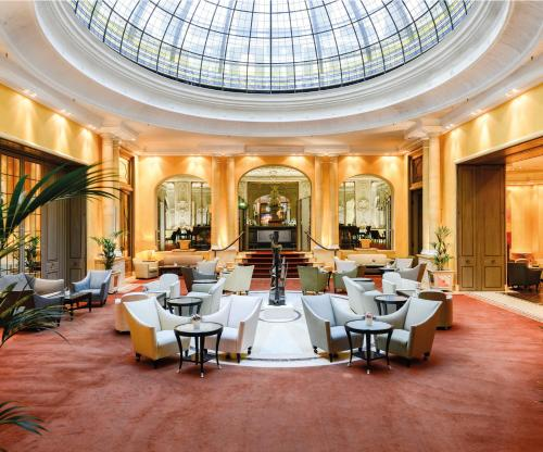 A restaurant or other place to eat at Hotel Bayerischer Hof