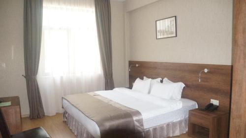 Кровать или кровати в номере Hotel Metekhi Line