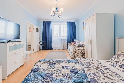 Кровать или кровати в номере Kvartira na Engelsa 138