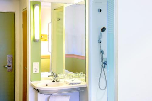 A bathroom at Ibis Budget Dole-Choisey
