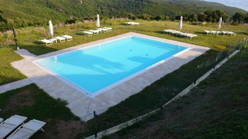 Vista sulla piscina di Agriturismo San Quirico o su una piscina nei dintorni