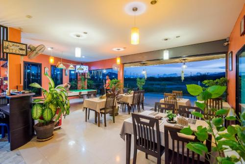 A restaurant or other place to eat at Samsha Guesthouse